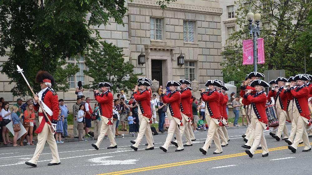 В параде принимают участие военно-исторические клубы.