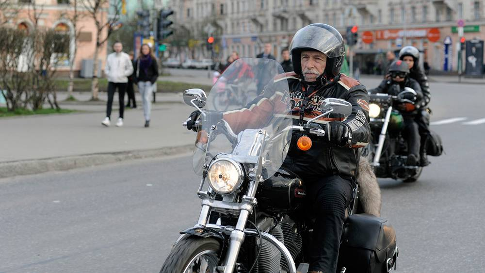 Пьер Ришар во время прогулки по Мурманску на мотоцикле. 2011 г