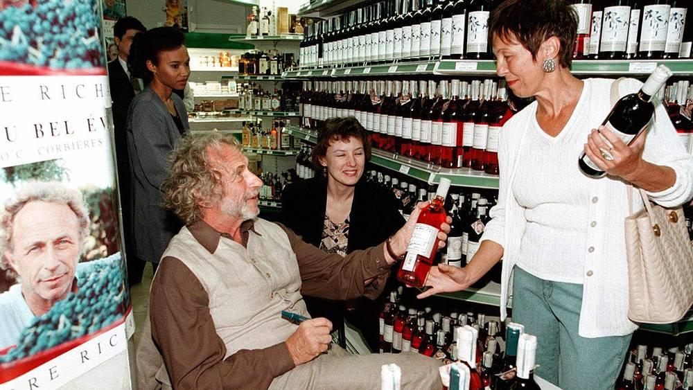 Пьер Ришар продаёт свои вина в супермаркете на Кутузовском проспекте в Москве. 1998 г