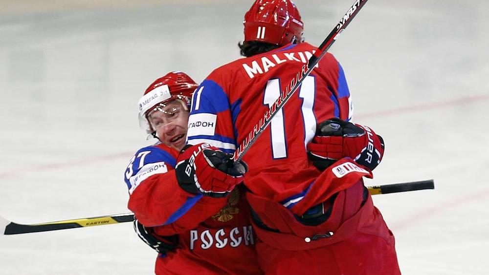 Игроки сборной России Александр Пережогин и Евгений Малкин (слева направо)