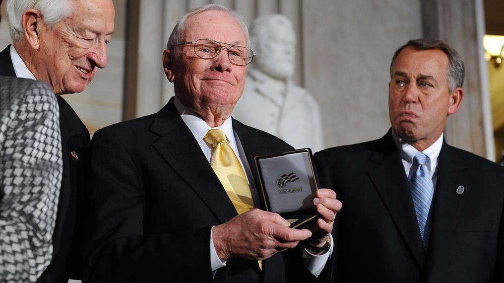 Армстронг получает Золотую медаль Конгресса