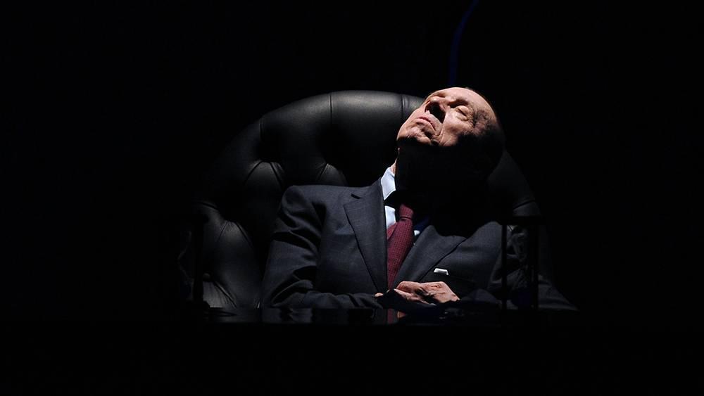 """Сцена из спектакля К.Занусси """"Король умирает"""", 2012 год"""