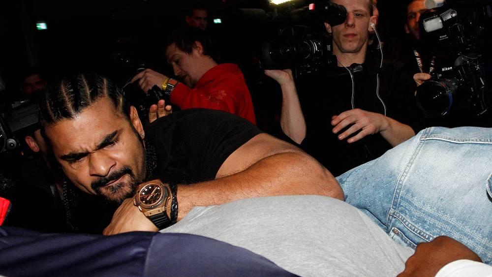 Потасовка с экс-чемпионом мира, соотечественником Дэвидом Хэем (слева)