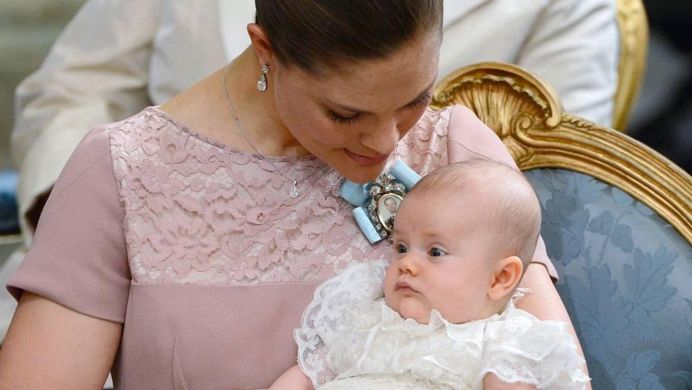 Наследная принцесса Швеции Виктория держит дочь - принцессу Эстель