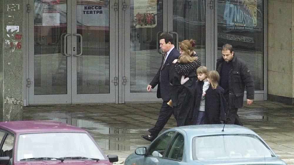 Иосиф Кобзон помог вывести трех детей с матерью из здания Театрального центра на Дубровке. 2002 год