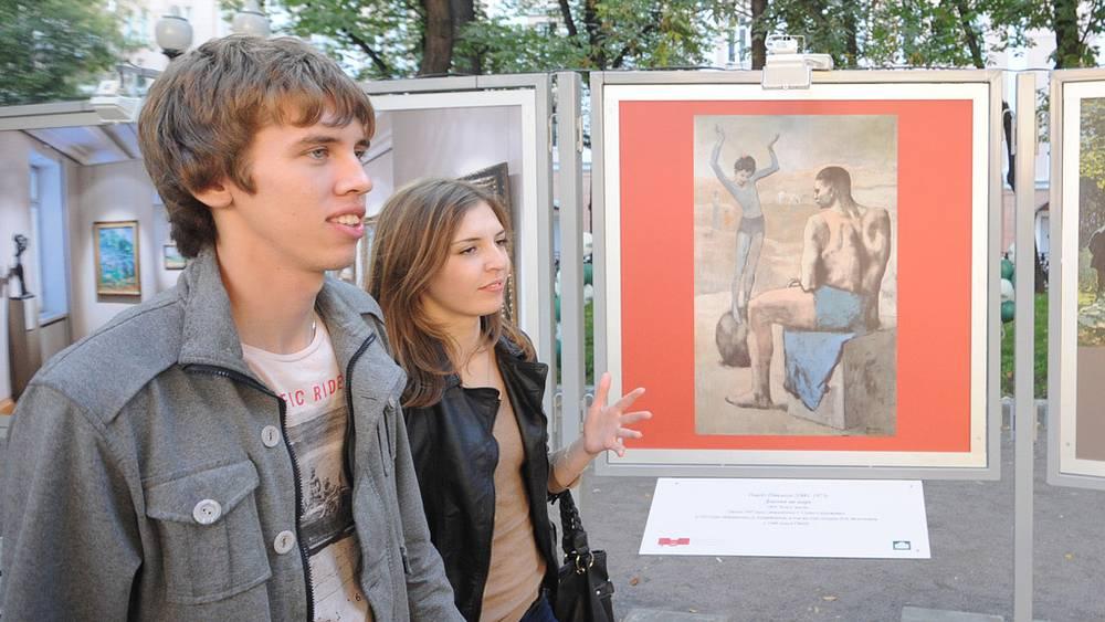 """У фотографии картины Пабло Пикассо """"Девочка на шаре"""""""