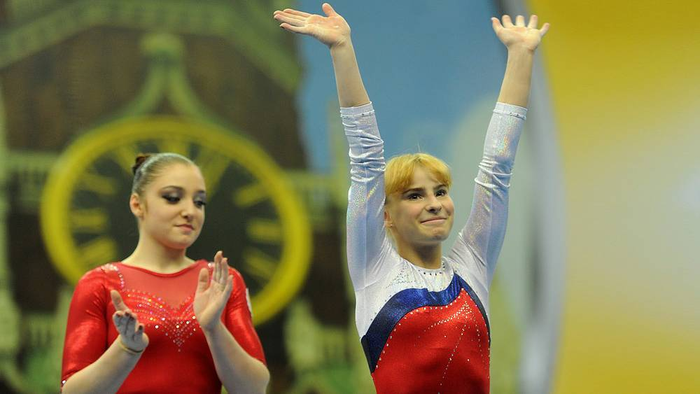 Россиянки Алия Мустафина, занявшая первое место, и Анастасия Гришина, занявшая третье место