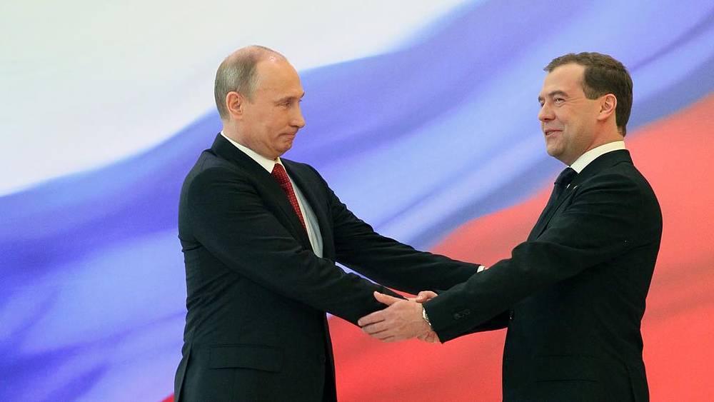 Дмитрий Медведев и Владимир Путин перед выступлением
