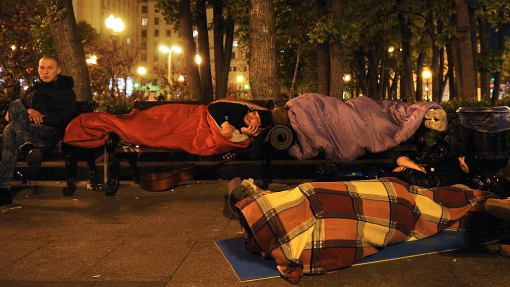 """Участники акции устраиваются на ночлег возле метро """"Баррикадная"""""""