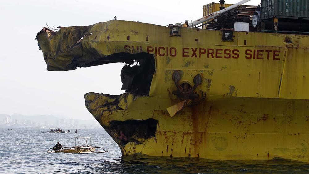 Грузовое судно после столкновения с паромом. Фото EPA/ИТАР-ТАСС
