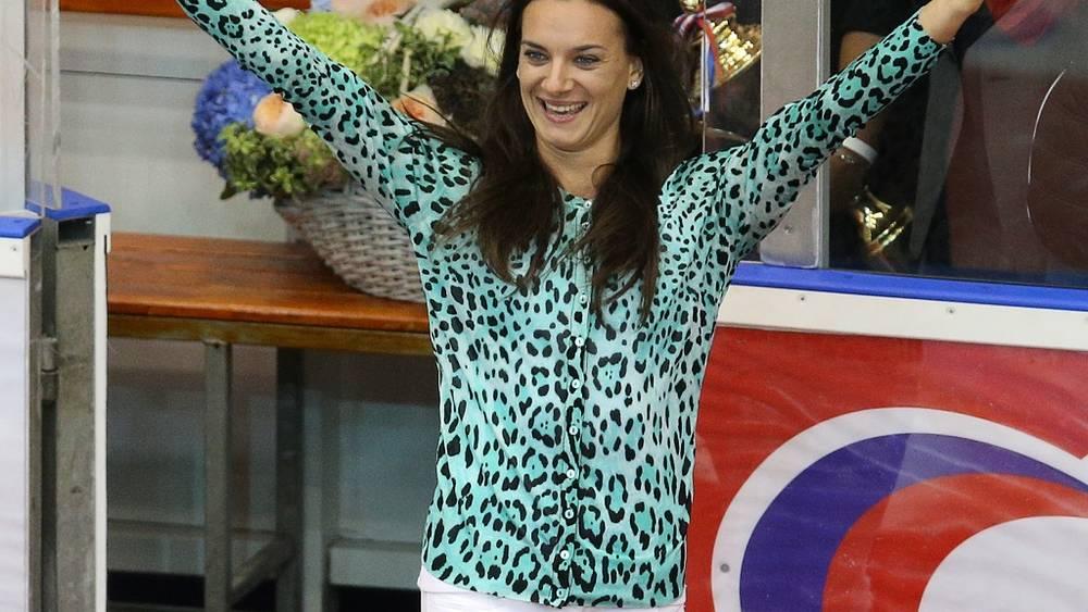 Чемпионка мира 2013 года Елена Исинбаева на матче в Твери