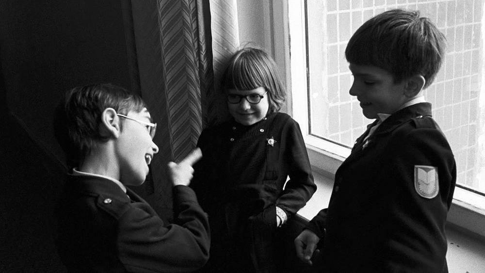 Очередные изменения школьной формы произошли в 1973, 1976, 1982 годах. В основном менялась форма мальчиков. На фото: октябрята, 1980 год