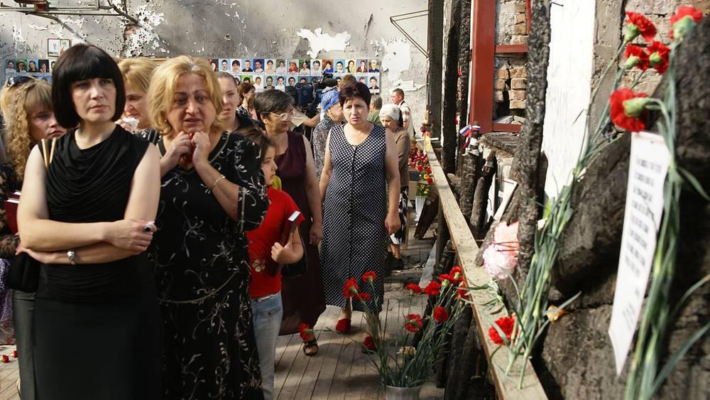 Родственники погибших и люди, пришедшие почтить память пострадавших в результате теракта в школе №1. Фото ИТАР-ТАСС/ Владимир Мукагов
