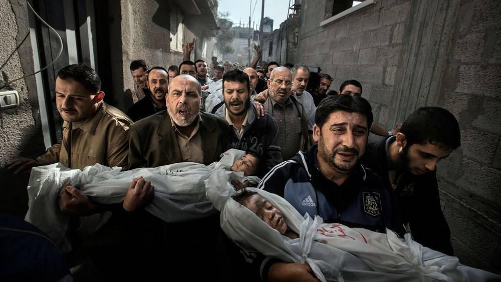 Пол Хансен. Фотография главного призера 56-го международного конкурса World Press Photo. Похороны палестинских детей в секторе Газа, погибших в результате израильского ракетного удара.