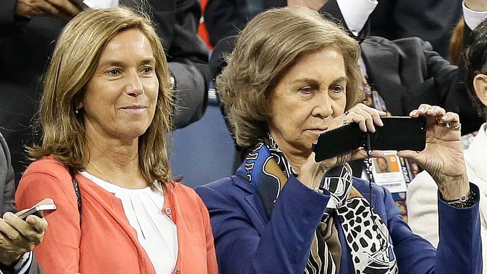 Королева Испании София (справа) наблюдает за матчем. Фото ЕРА/JASON SZENES