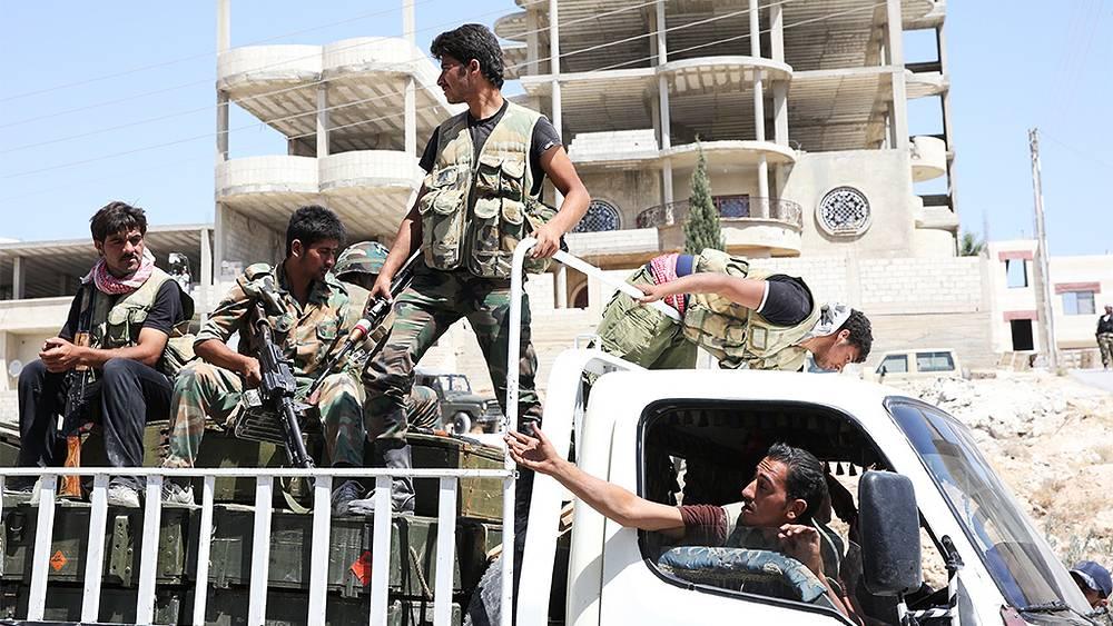 Ополченцы на территории поста сирийской армии вблизи города Маалюля к северо-востоку от Дамаска. Фото ИТАР-ТАСС/ Михаил Почуев
