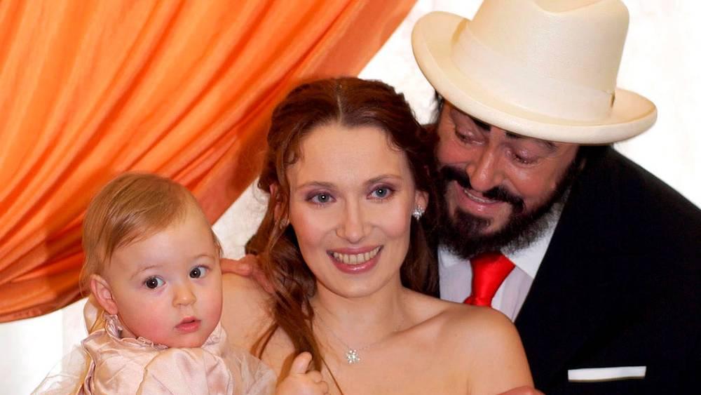 2003 год. Жена Лучано Паваротти Николетта и дочь Алиса. Фото EPA / GIANMARCO CHIEREGATO