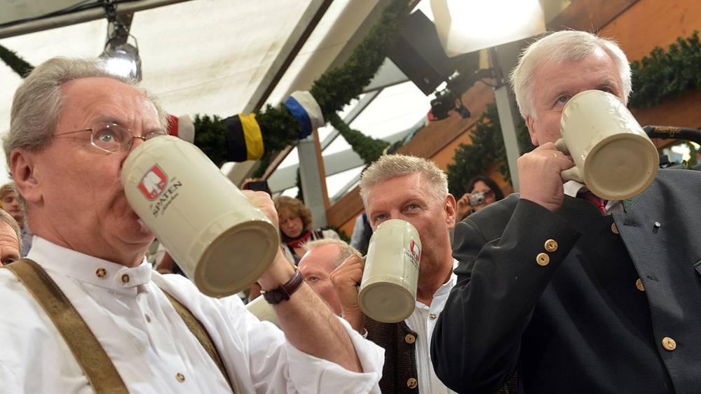 Обербургомистр Мюнхена Кристиан Уде (слева) и премьер-министр Баварии Хорст Зеехофер. Фото EPA/PETER KNEFFEL