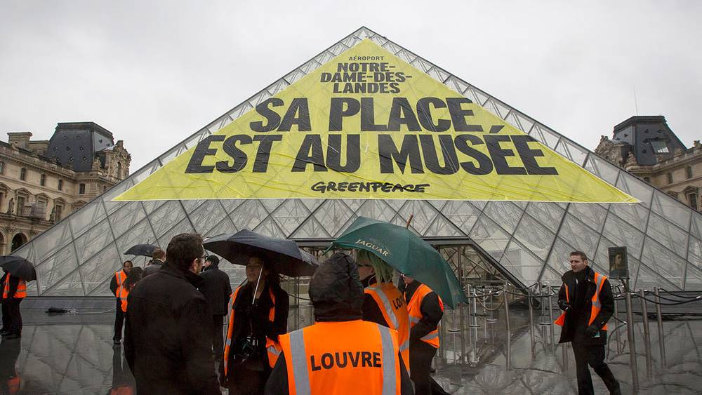 Баннер на крыше Лувра, Париж. 2012. Фото EPA/IAN LANGSDON