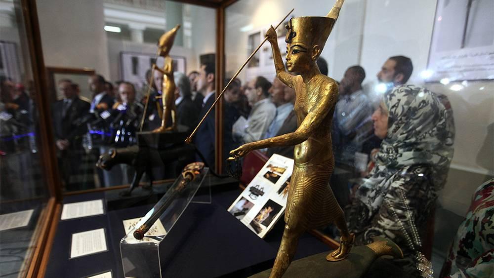 Статуя Тутанхамона, стоящего на лодке. Фото EPA/KHALED ELFIQI
