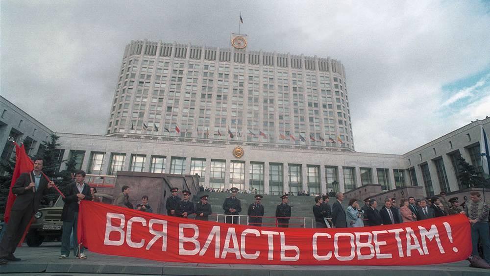 20 августа 1993 года у здания Российского Дома Советов состоялся митинг в поддержку действий Верховного Совета, против политики президента и правительства. Фото ИТАР-ТАСС/ Валентин Кузьмин