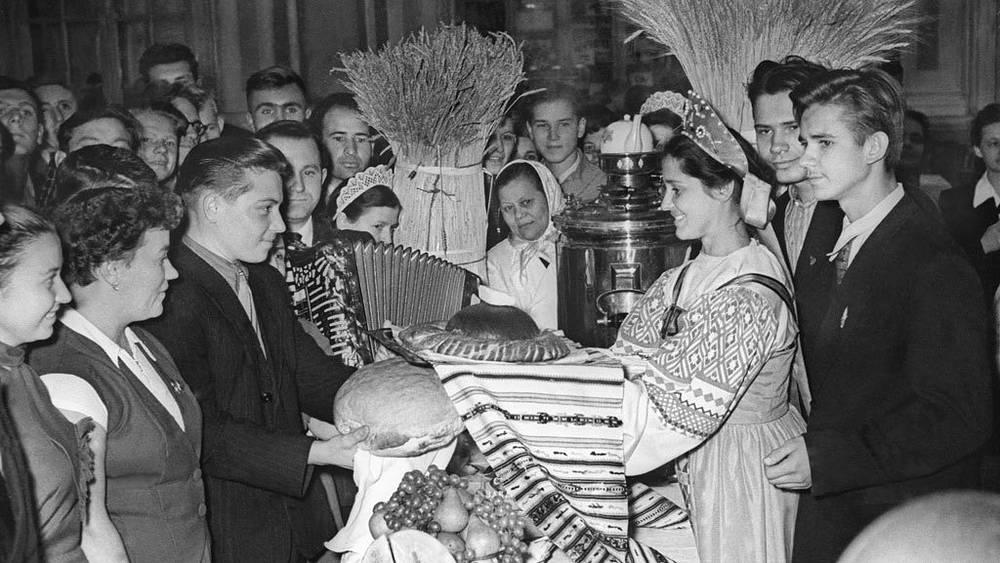 Московские комсомольцы, принимавшие участие в уборке урожая на целинных землях, 1956 год. Фото ИТАР-ТАСС/  Борис Трепетов