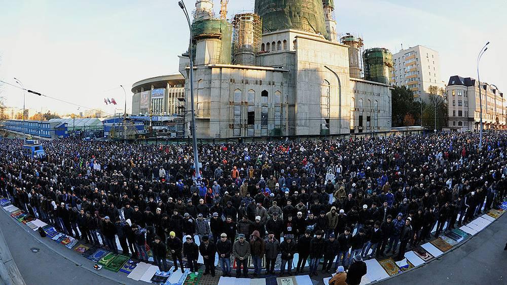 Мусульманский праздник Курбан-байрам в Москве. Фото AP Photo/Alexander Zemlianichenko