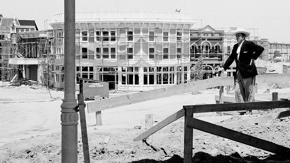 Уолт Дисней перед стройкой первого Диснейленда.1955.  Фото АР