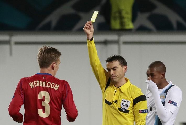 Арбитр показывает желтую карточку Понтусу Вернблуму