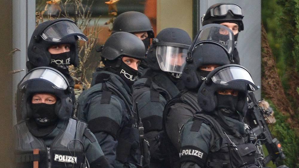 Полицейская операция по обезвреживанию мужчины, захватившего заложников во Фрайбурге. Фото EPA/FRANZISKA KRAUFMANN