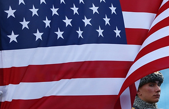 A Russian soldier stands next the US flag (archive)