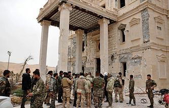Сирийские армейские подразделения, в сотрудничестве с местными ополченцами, продвигаясь дальше в непосредственной близости от древнего города Пальмира