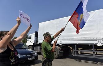 Местные жители встречают автоколонну с гуманитарной помощью