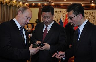 Владимир Путин преподнес в подарок китайскому лидеру смартфон российского производства YotaPhone-2. В него специально была загружена символика как России, так и Китая и АТЭС