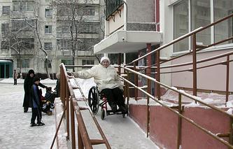 Квартиры для инвалидов-колясочников расположены на первых этажах, имеют отдельный вход, пандус, расширенные дверные проемы, кухни и ванные комнаты увеличенных размеров, без порогов, Челябинск