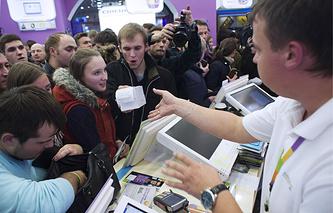 """Покупатели в магазине """"Связной"""" во время начала продаж смартфонов iPhone 6 и iPhone 6 plus"""