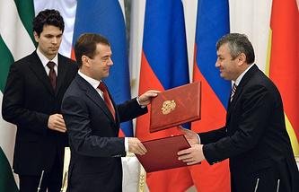 Президент России Дмитрий Медведев и президент Южной Осетии Эдуард Кокойты, 2009 год