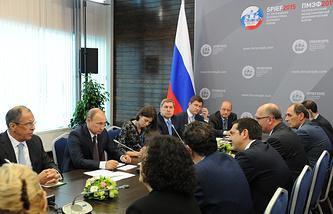 Президент России Владимир Путин  и премьер-министр Греции Алексис Ципрас во время встречи