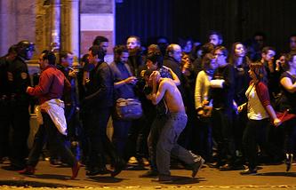 Эвакуация пострадавших из концертного зала Bataclan