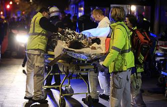 Эвакуация пострадавших в концертном зале Bataclan