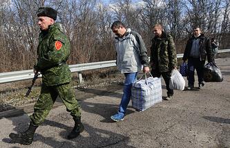 """Украинские пленные во время процедуры обмена между украинской армией и Луганской народной республикой по формуле """"3 на 6"""" в районе населенного пункта Счастье"""