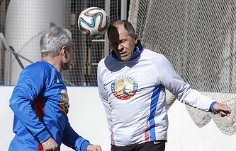 Министр иностранных дел РФ Сергей Лавров (справа) на гала-матче, посвященном созданию Народной футбольной лиги (НФЛ)