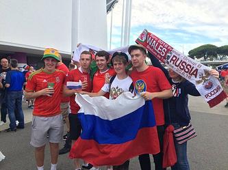 Болельщики сборных России и Уэльса перед началом матча