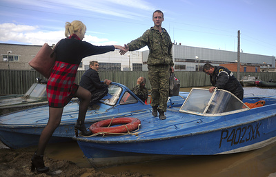 Омские власти готовятся доставлять школьников к месту сдачи ЕГЭ на катерах из-за паводка