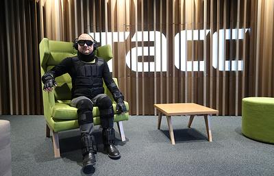 «Поставить себя на место другого». Сотрудники ТАСС опробовали костюм инвалида