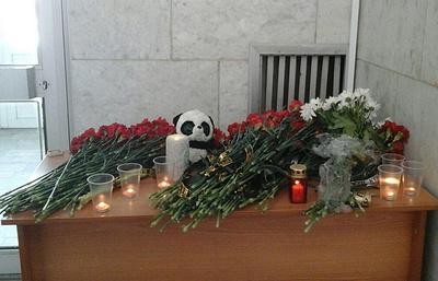 Жители Орска несут цветы и свечи к стихийным мемориалам в память о жертвах авиакатастрофы