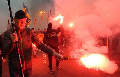 Националисты напали на здания Альфа-банка, Сбербанка и Россотрудничества в Киеве