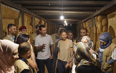 Асад посетил галерею, созданную художниками в бывшем бункере боевиков на окраине Дамаска