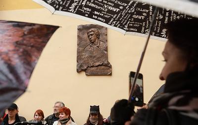 В Петербурге открыли памятный знак Владимиру Высоцкому