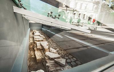 Витрину с найденными при благоустройстве улиц артефактами установили в центре Москвы
